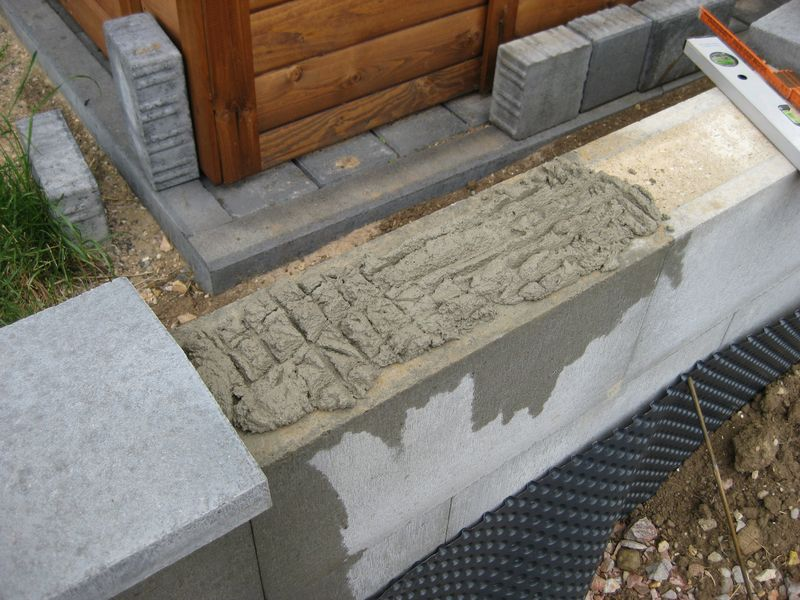 abdecksteine auf die betonmauer betoniert wir bauen dann. Black Bedroom Furniture Sets. Home Design Ideas