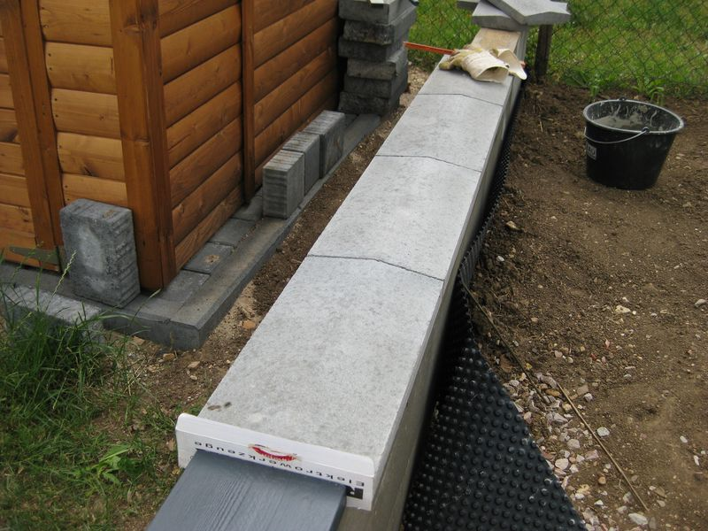 abdecksteine auf die betonmauer betoniert wir bauen dann mal ein haus. Black Bedroom Furniture Sets. Home Design Ideas