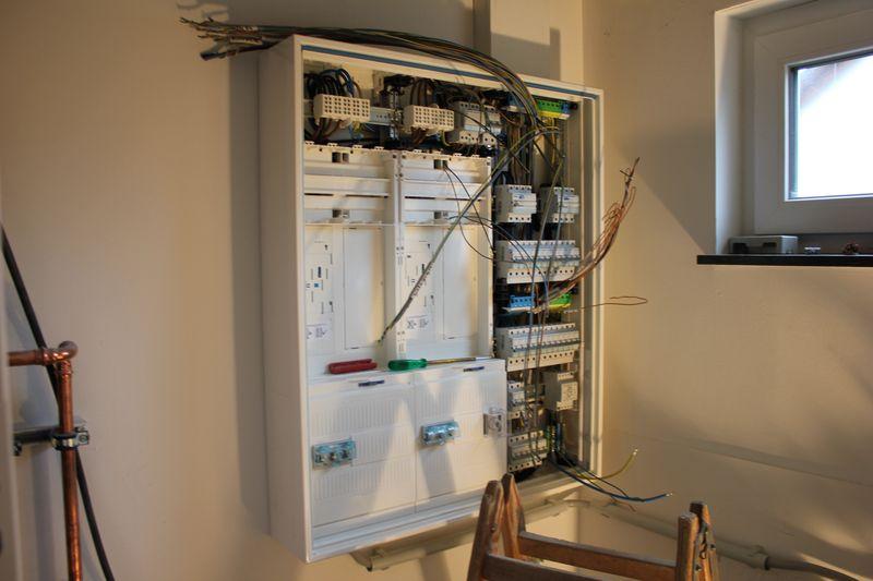 es werde licht wir haben strom im haus wir bauen dann mal ein haus. Black Bedroom Furniture Sets. Home Design Ideas