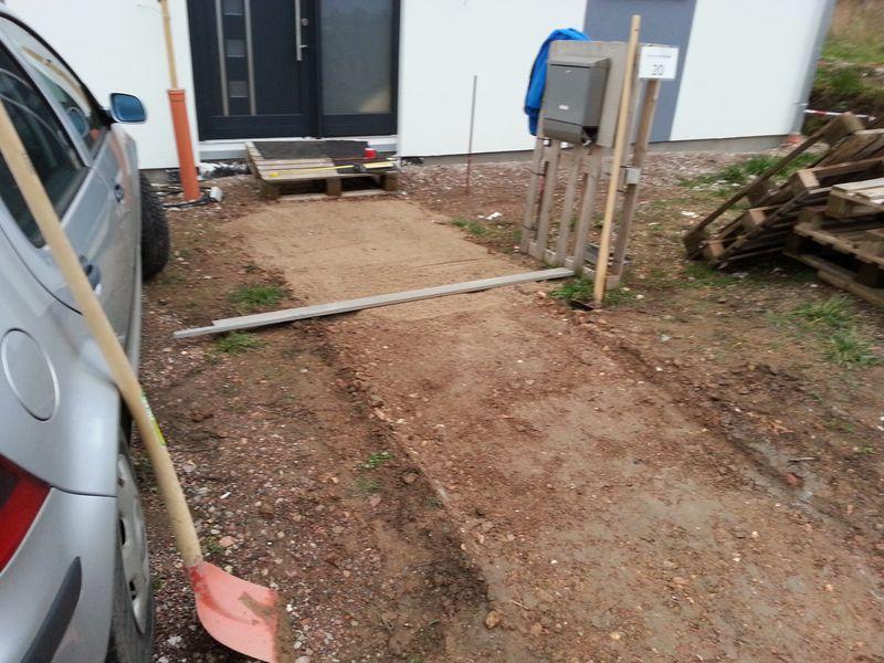 mit gehwegplatten aus beton einen provisorischen weg gebaut wir bauen dann mal ein haus. Black Bedroom Furniture Sets. Home Design Ideas