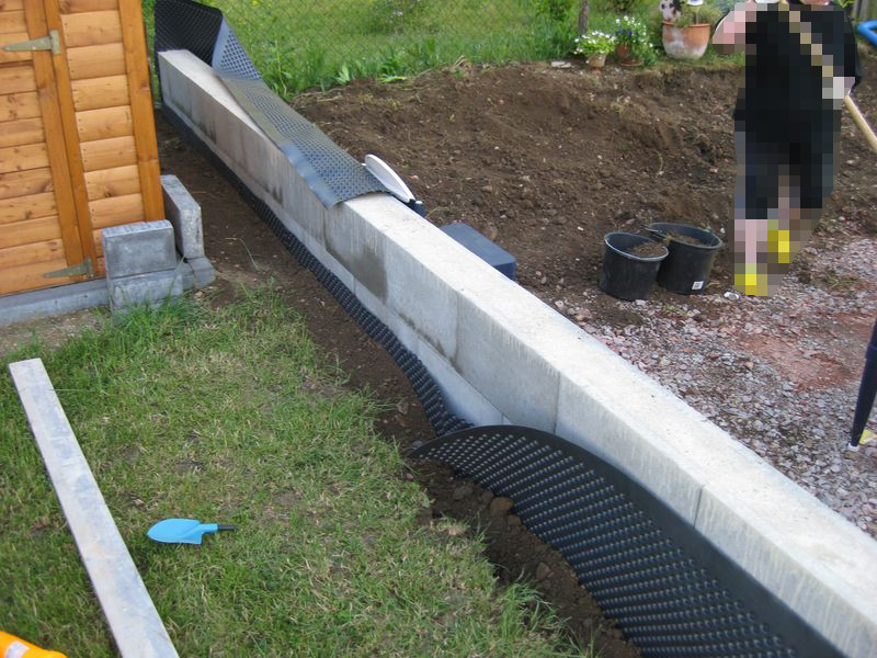 grundmauerschutz an der gartenmauer mit einer noppenbahn wir bauen dann mal ein haus. Black Bedroom Furniture Sets. Home Design Ideas