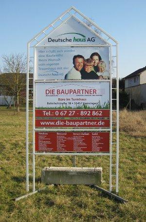 Werbeschild der Baupartner auf dem Grundstück
