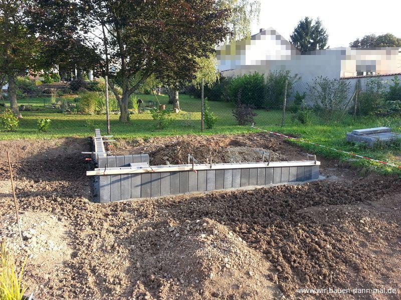 podest mit palisaden abgestellt gartengestaltung mit beton wir bauen dann mal ein haus. Black Bedroom Furniture Sets. Home Design Ideas