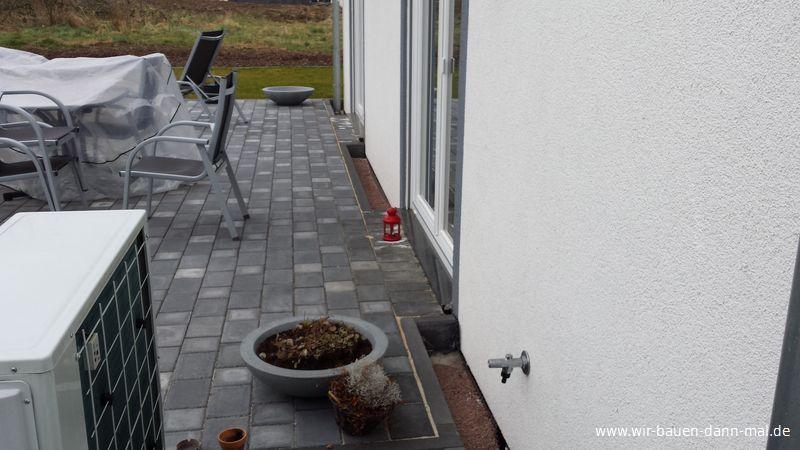 ein steinstreifen als spritzschutz f r die hausfassade. Black Bedroom Furniture Sets. Home Design Ideas