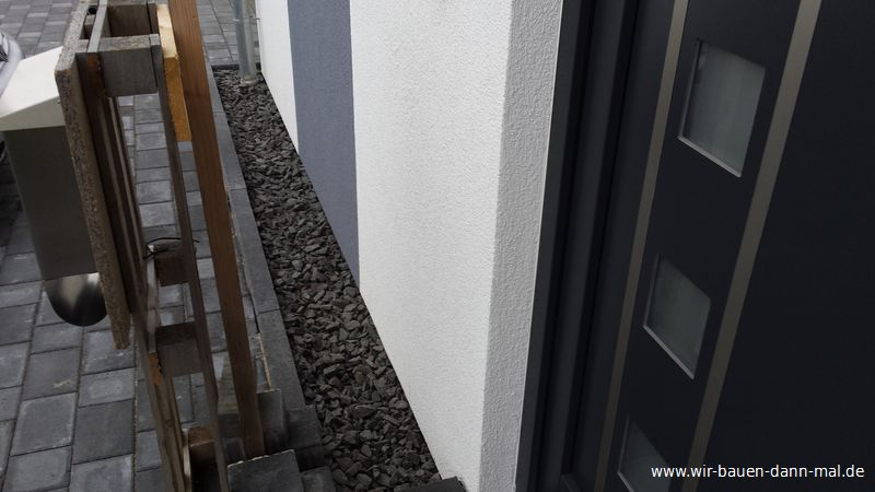 ein steinstreifen als spritzschutz f r die hausfassade wir bauen dann mal ein haus. Black Bedroom Furniture Sets. Home Design Ideas