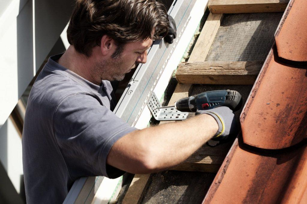 Dachfensterrahmen am Dach fixieren